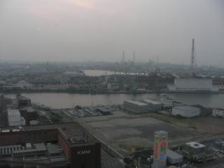 ホテルから工場を眺める